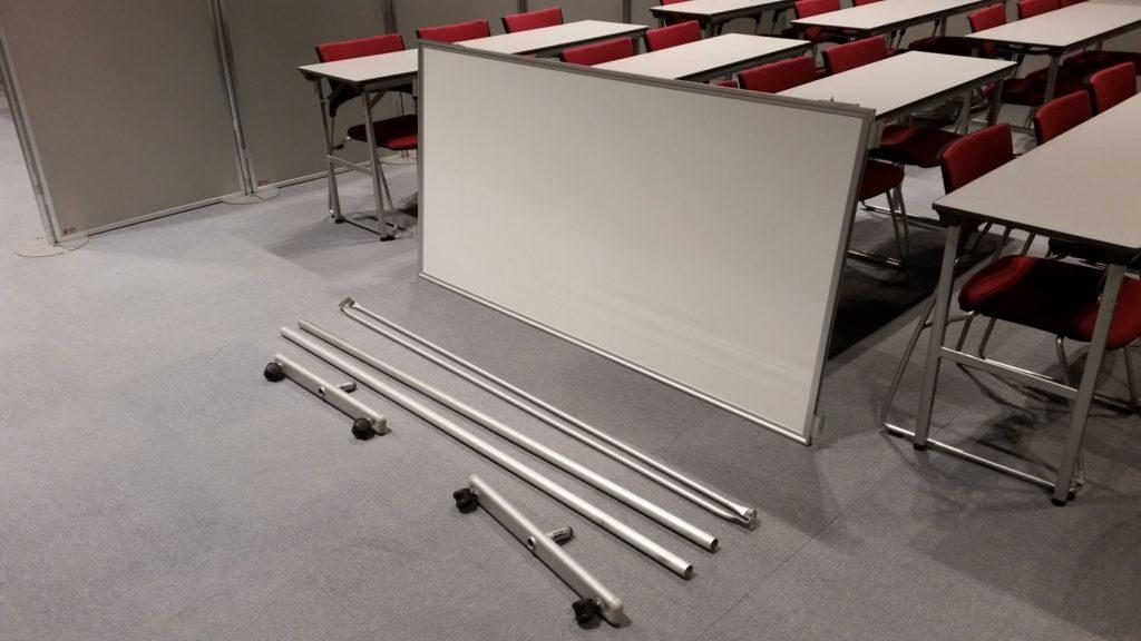 ホワイトボードを組み立てる写真